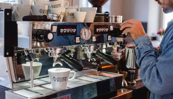 Wie macht man ordentlich Kaffee? Diese Frage beantwortet die Schwarze Kiste in ihrer Augsburger Kaffeeschule