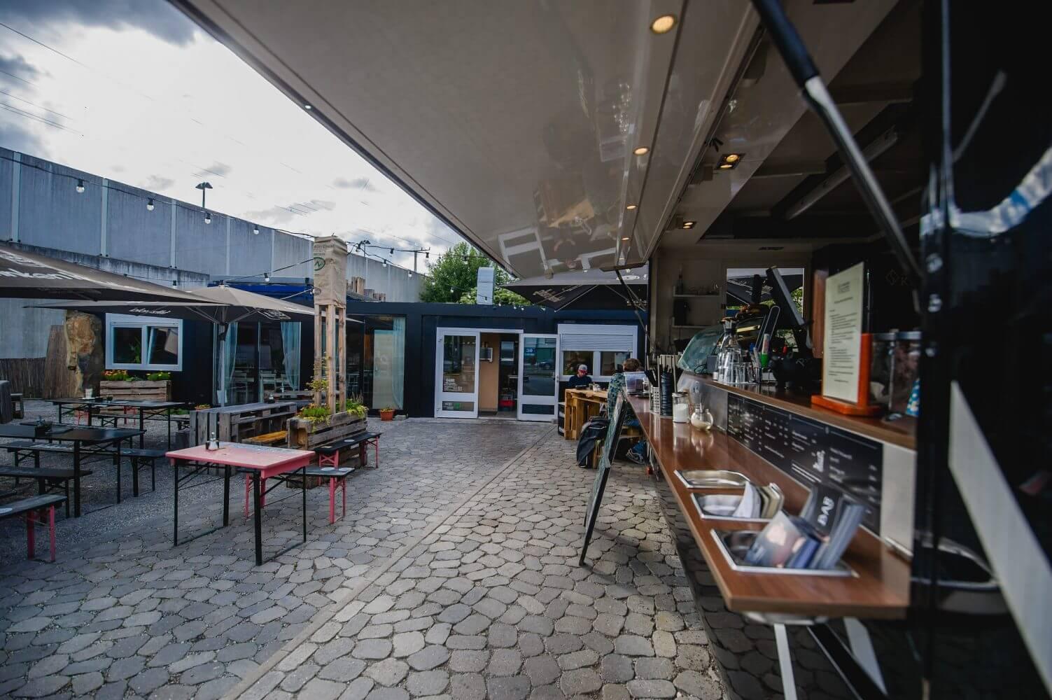 Burger, Kaffee & Kuchen – und das alles zusammen im wunderschön gemütlichen Café Garten der Schwarzen Kiste in Augsburg