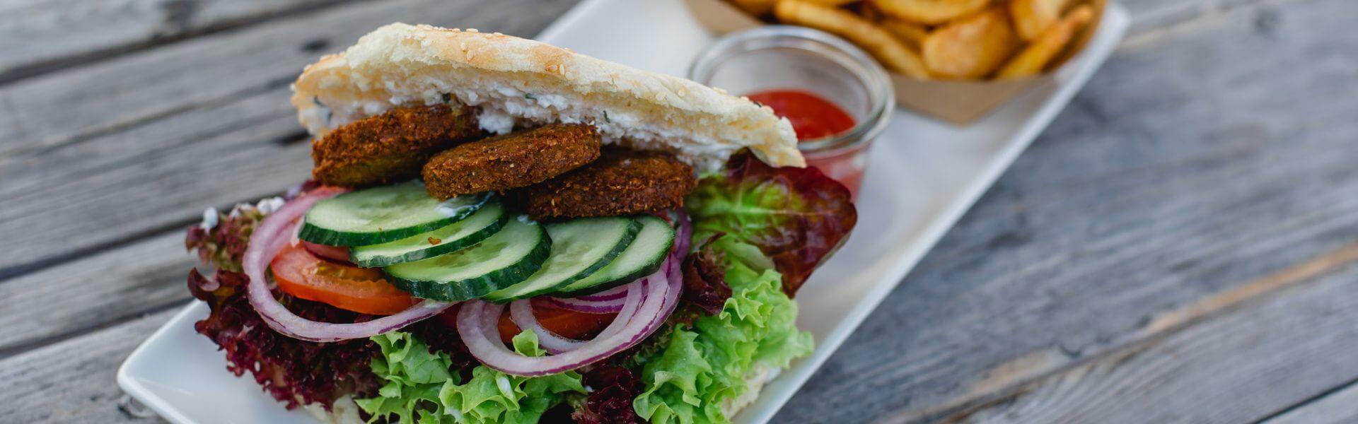 Kisten-Kebab (vegetarisch oder mit Huhn) gibt's im Café der Schwarzen Kiste in Augsburg an der Haunstetter Straße.