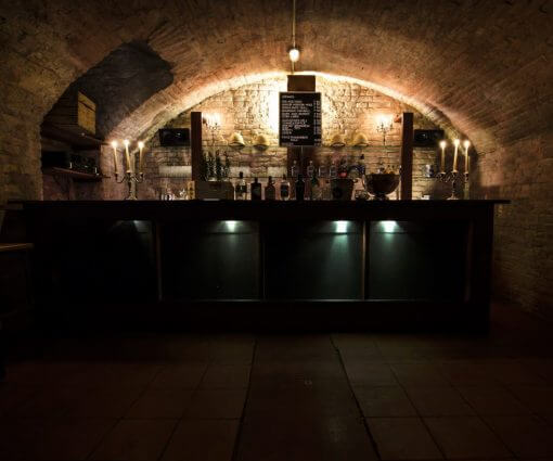 Einen Gewölbekeller mieten? Mitten in Augsburg? Ja! Das ist die Schwarze Bar. Ganz einfach über reservierung@schwarzekiste.de anfragen..