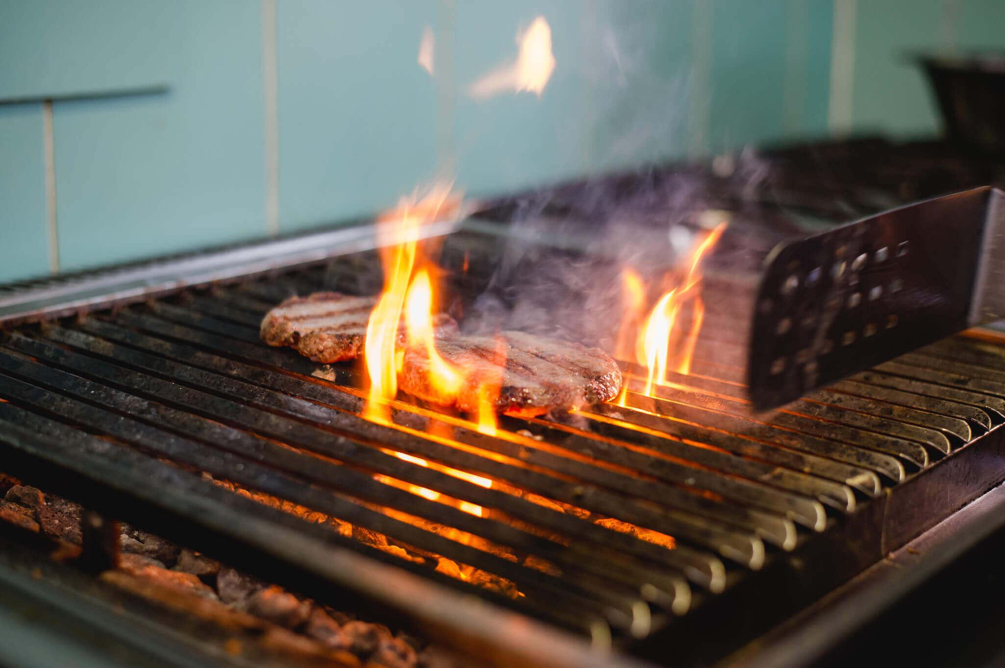 Die Küche in der Schwarzen Kiste Burger & Bar hat einen Lavastein-Grill für die Burgerpattys.