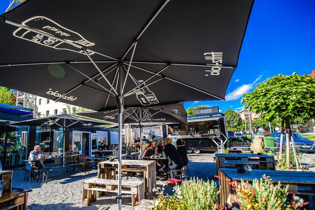 Der Café Garten der Schwarzen Kiste in der Haunstetter Straße – eine Oase mitten in der Stadt