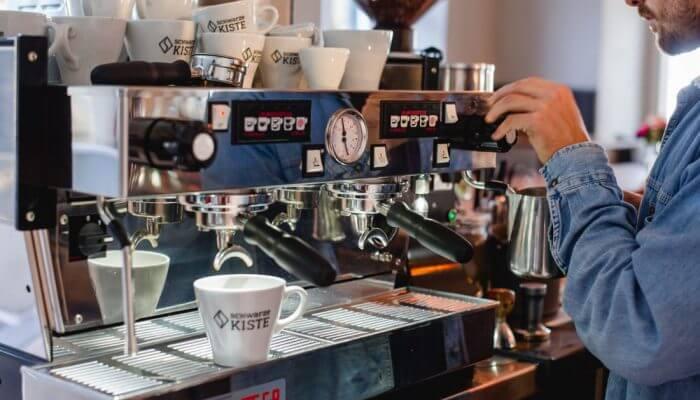 Die La Marzocco. Mit diesen professionellen Siebträgern arbeiten wir in unserer Kaffeeschule der Schwarzen Kiste in Augsburg