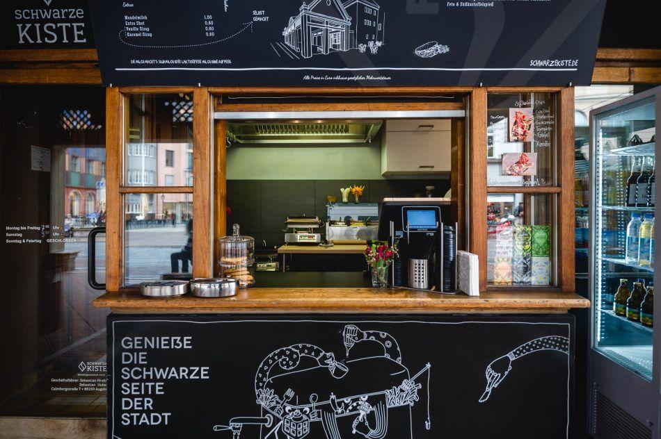 Spezialitäten-Kaffee mitten in Augsburg; das ist die Schwarze Kiste am Moritzplatz. Und zudem noch die perfekte Adresse für den kurzen Mittagssnack.