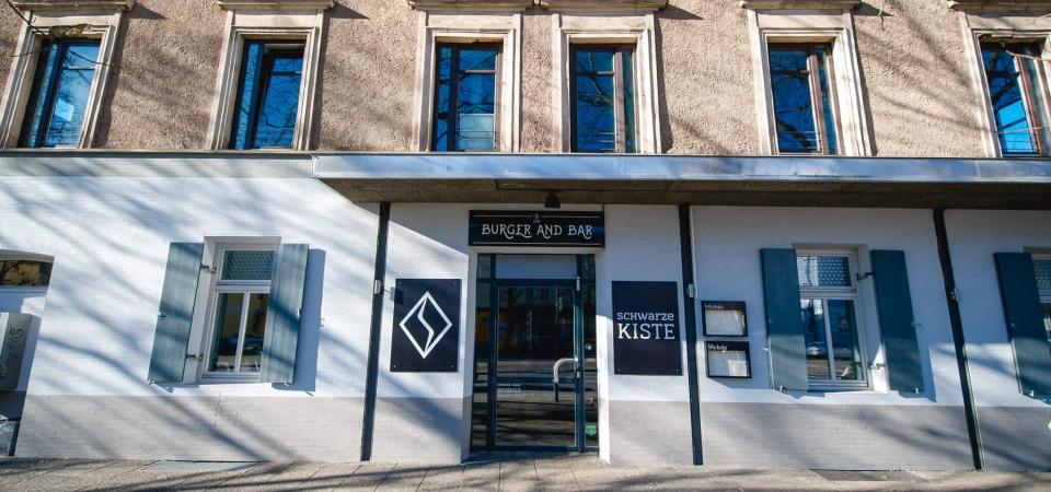In Augsburg ist die Schwarze Kiste Burger & Bar. Direkt neben der Kongresshalle Augsburg hat die Gastronomie von Dienstag bis Sonntag geöffnet. Am Wochenende und feiertags sogar ab 9.30 Uhr mit Frühstück.