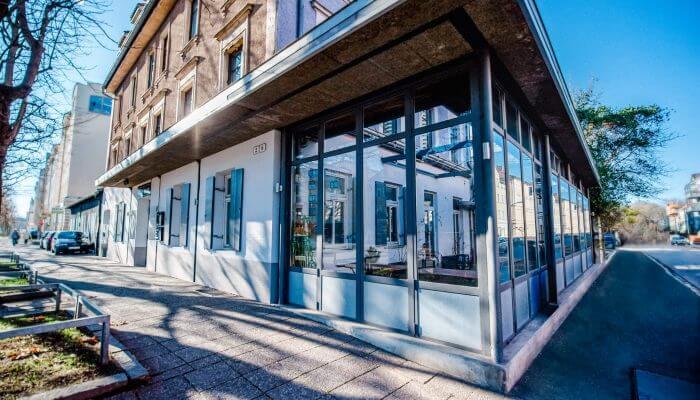 Die Schwarze Kiste Burger & Bar hat einen schönen Außenbereich. Auf rund 40 Sitzplätzen lässt sich gemütlich die Zeit verbringen. Im Sommer ist es gerade an heißen Tagen super auszuhalten auf unserer Außenterrasse.