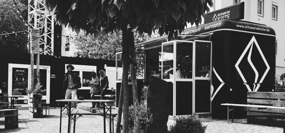 Seit 2012 steht die Schwarze Kiste an der Haunstetter Straße. Seit 2013 gibt's dort einen wunderbaren Cafe Garten