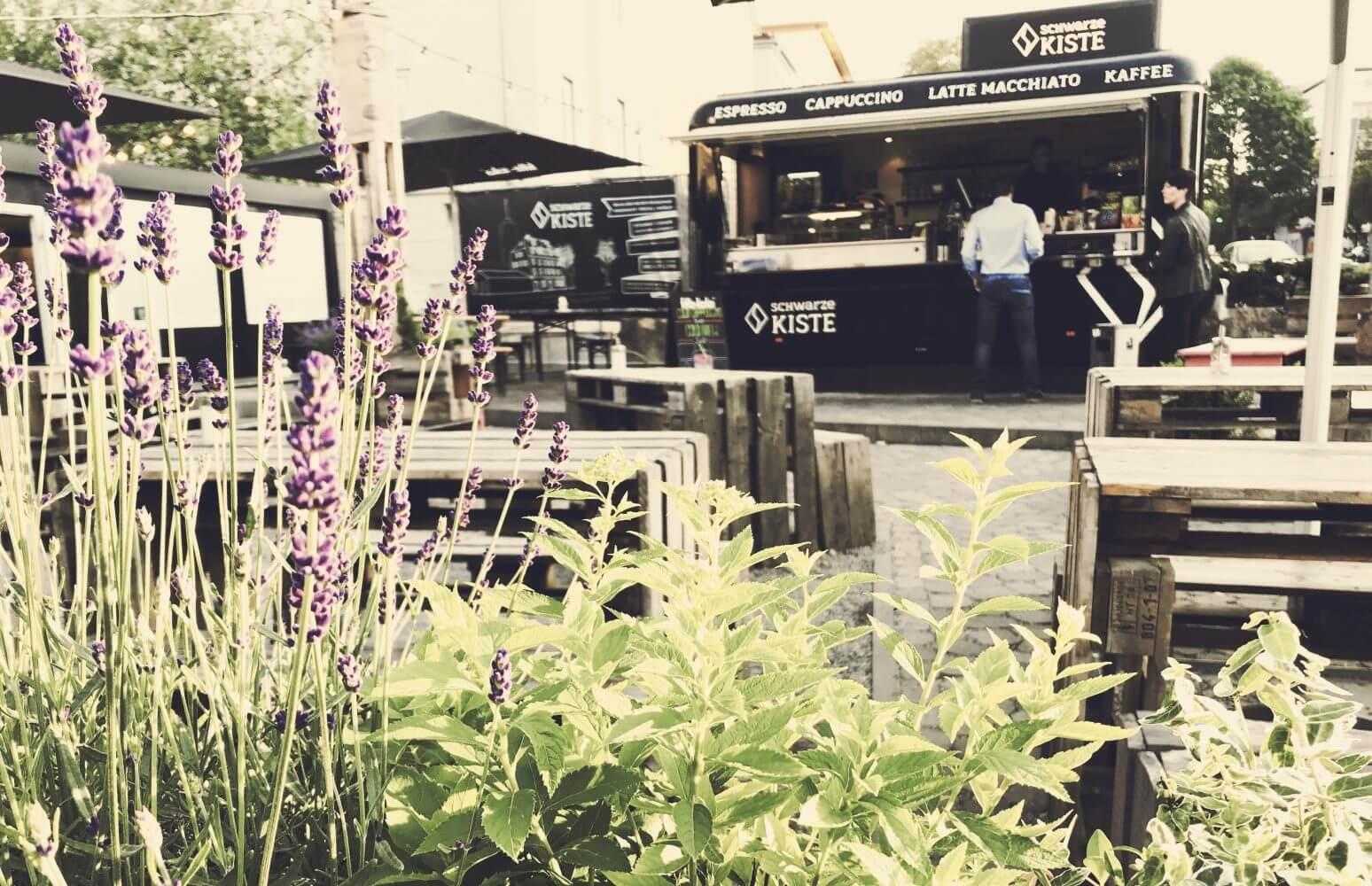 Die grüne Oase mitten in der Stadt. Der Café Garten der Schwarzen Kiste an der Haunstetter Straße. Einfach mal die Seele baumeln lassen...