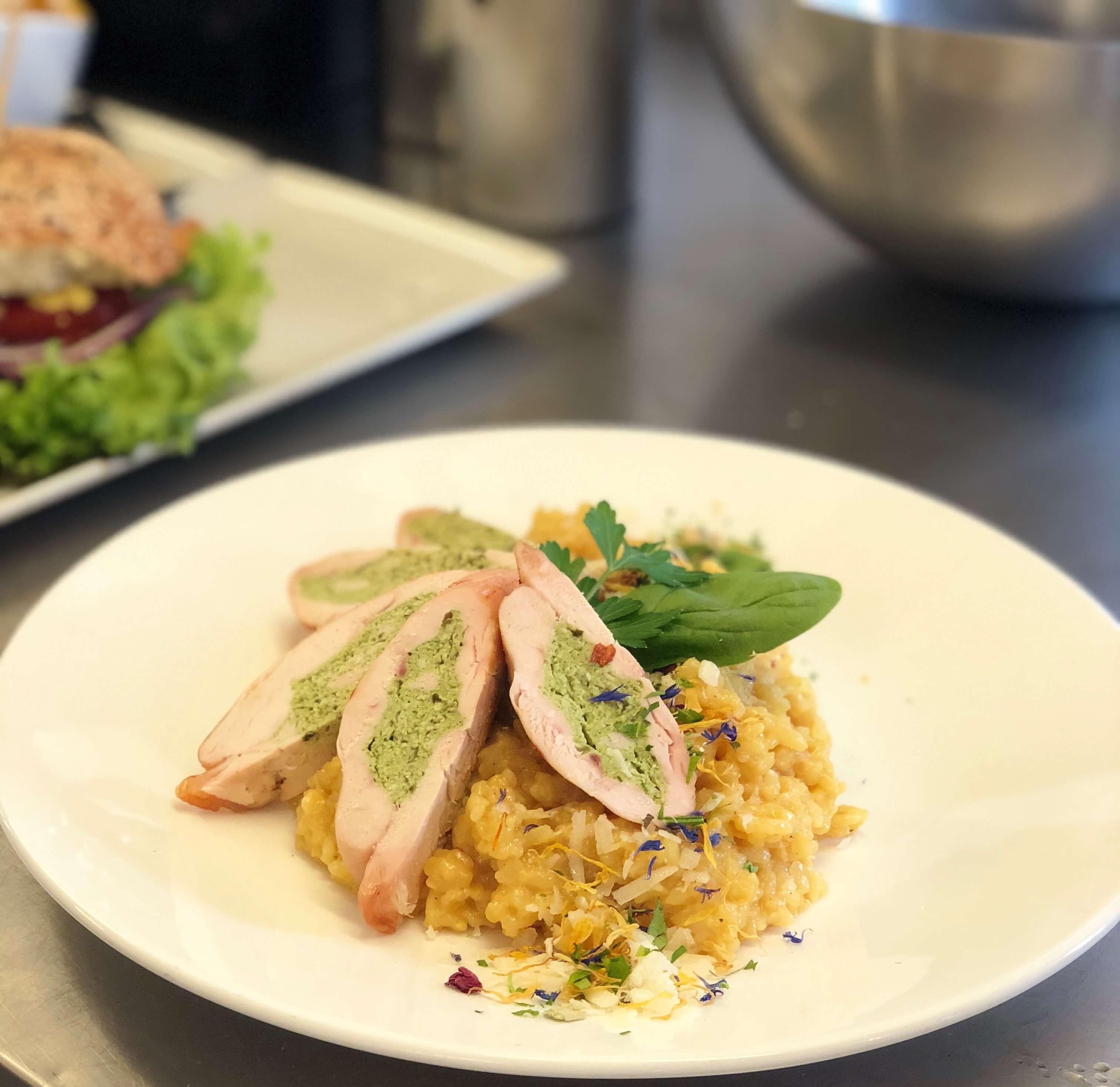 Ein Gericht von unserer Wochenkarte: Hühnchenbrust gefüllt mir Farce (Spinat). Dazu gibt's Risotto Milaneser Art