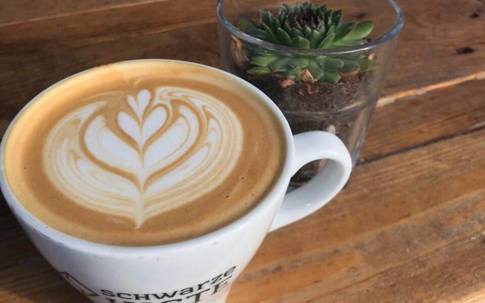 schwarze-kiste-haunstetter-straße-latte-art1 (1)